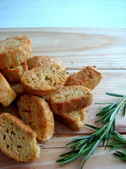 Biscotti de parmesão e alecrim